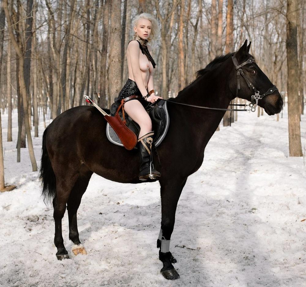 Третья часть снимков из откровенной фотосессии журналистки КХЛ Ульяны Тригубчак (22 фото)