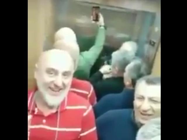 С такой компанией не скучно застрять в лифте