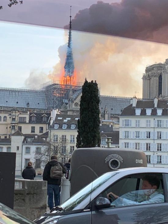 Пожар в Cоборе Парижской Богоматери (3 видео)