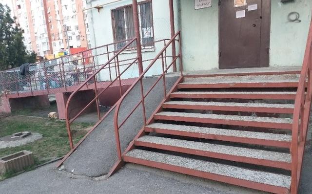 В Ростове-на-Дону пандус для инвалидов зашили металлической сеткой (4 фото)