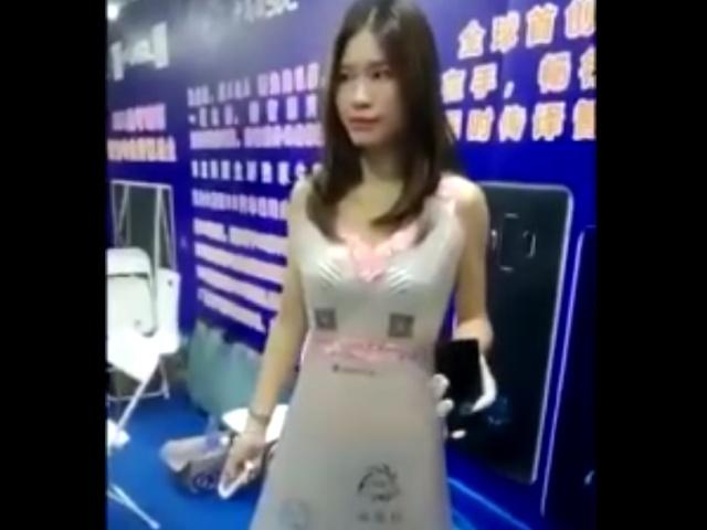 Платье, прозрачность которого можно регулировать с пульта управления