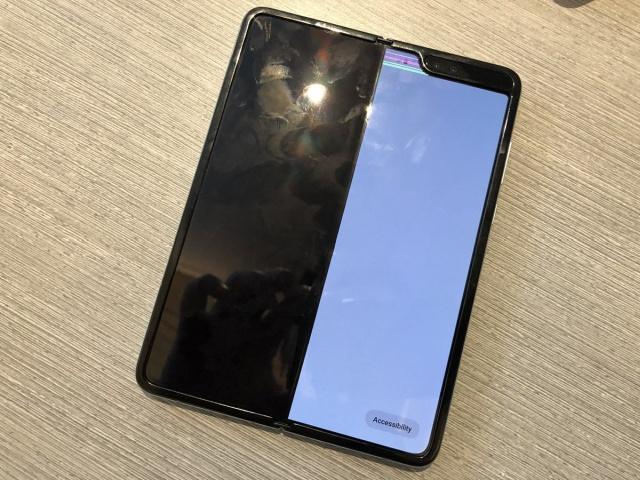 Экраны на Samsung Galaxy Fold начали ломаться еще до старта продаж (8 фото + видео)