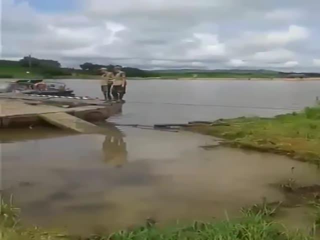 Погрузка танка на понтон пошла не по плану