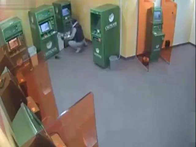 Опытный взломщик банкоматов за работой