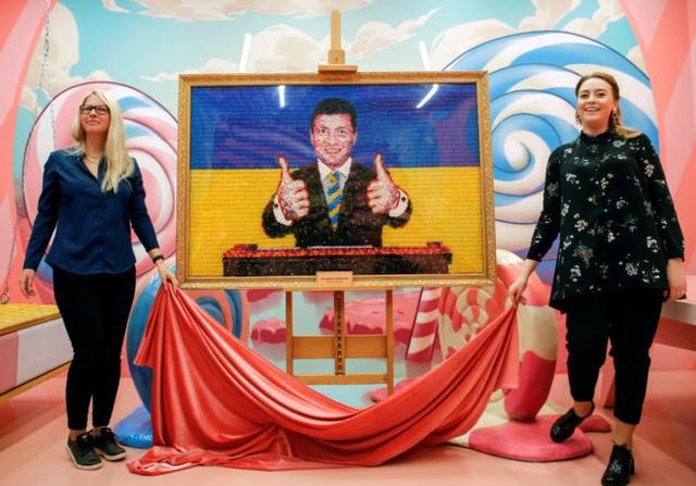 Портрет Владимира Зеленского из конфет фабрики Петра Порошенка