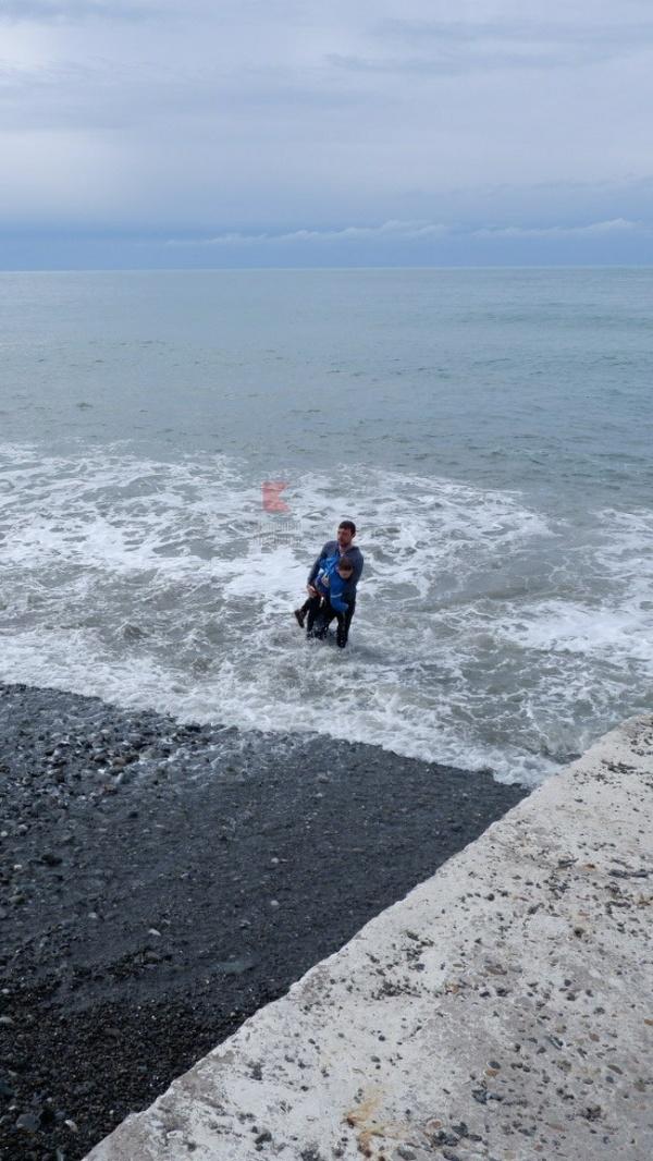 Прохожий спас ребенка, которого смыло волной с пирса в Сочи (3 фото)
