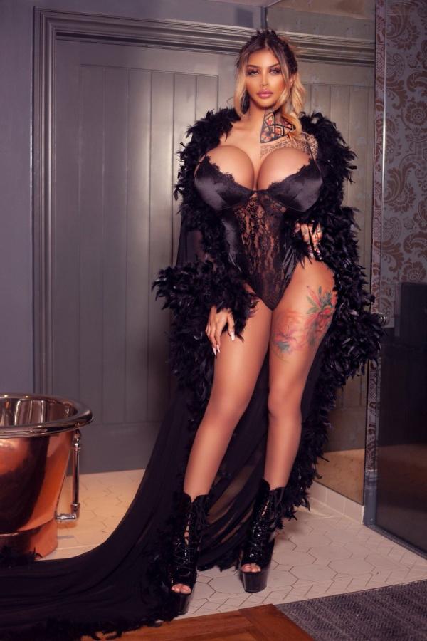 Ники Валентина Роуз - девушка с самой большой силиконовой грудью в Великобритании (16 фото)