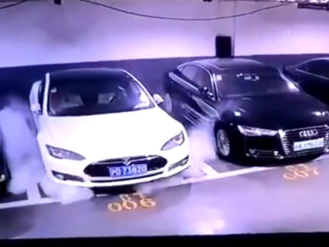 На парковке в Китае внезапно воспламенился электромобиль Tesla Model S