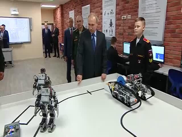 Владимиру Путину показали отжимающихся роботов