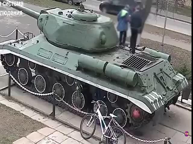 Когда детишкам скучно, они начинают разбирать танки