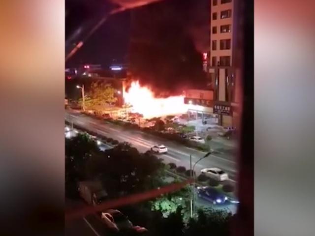 """В Китае автомобильная заправка сгорела дотла из-за """"забывчивого"""" водителя"""