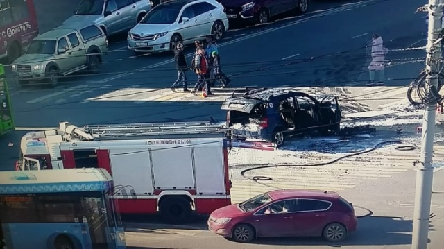 В центре Архангельска после аварии сгорел автомобиль (4 фото + видео)