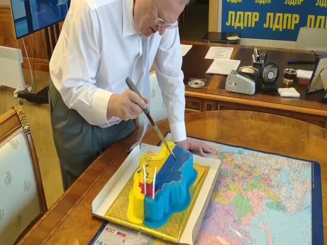 Владимиру Жириновскому подарили торт в виде Украины