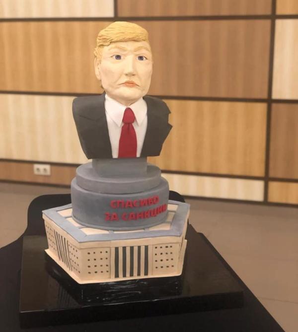 """Журналисты ГТРК """"Крым"""" съели торт в виде головы Дональда Трампа (3 фото + видео)"""