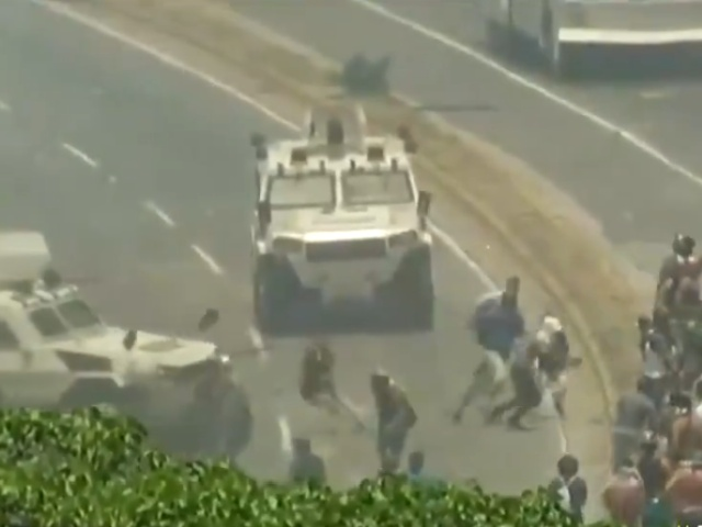 В Венесуэле военные на бронемобиле наехали на толпу протестующих