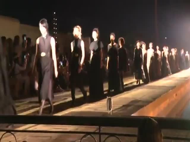 """""""Пушистая модель"""" на показе коллекции модного дома Christian Dior"""