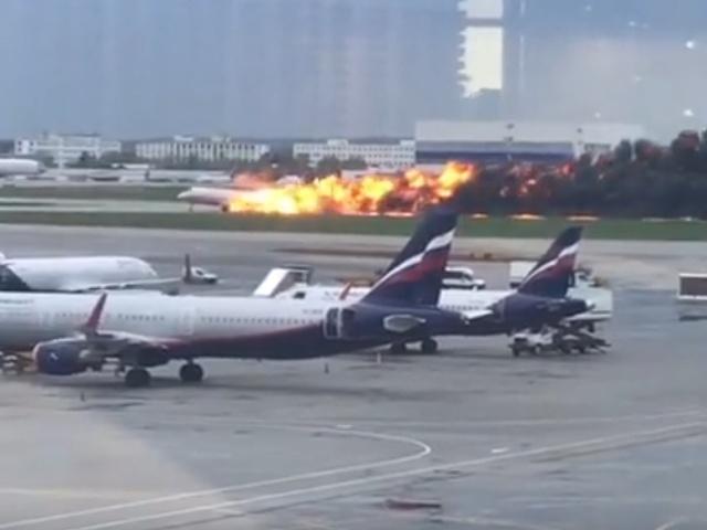 В аэропорту Шереметьево во время экстренной посадки загорелся пассажирский самолет
