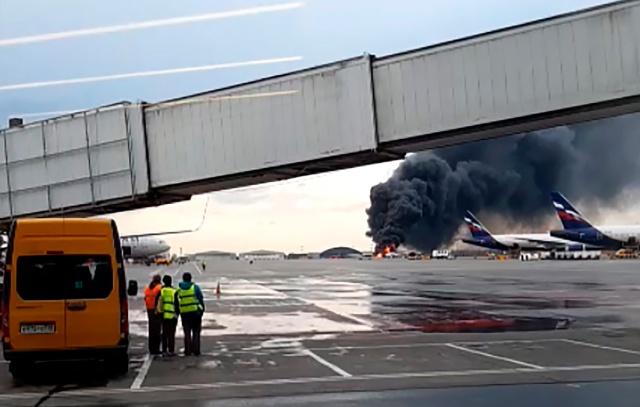 В аэропорту Шереметьево во время экстренной посадки загорелся пассажирский самолет (6 видео)