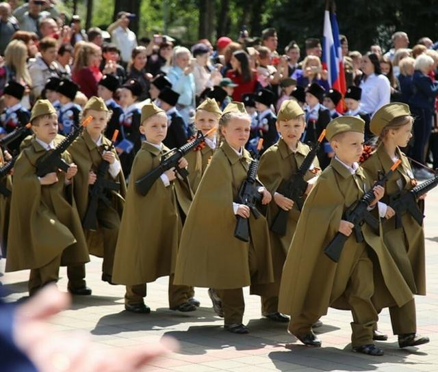 Парад дошкольных войск в Пятигорске (8 фото)