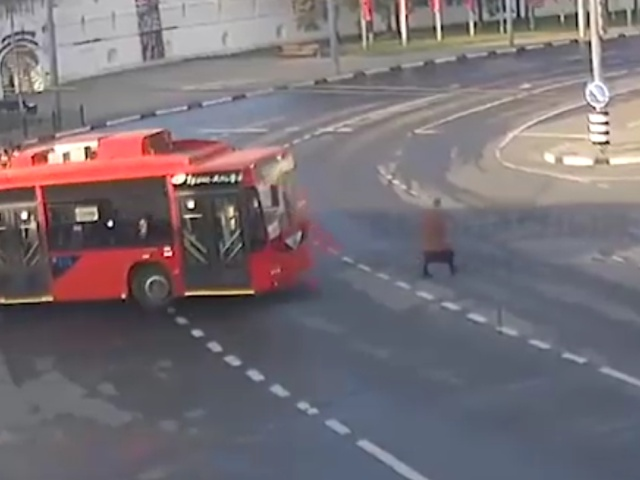 Водитель троллейбуса не заметил старушку