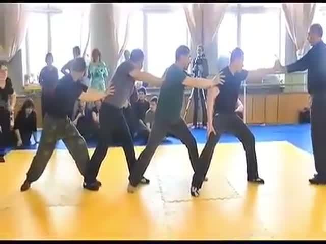 """""""Мастер боевых искусств"""" показывает свои умения"""