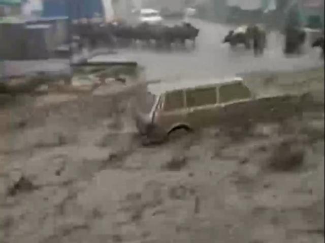 В дагестанском селе грязевой сель сносил всё на своем пути