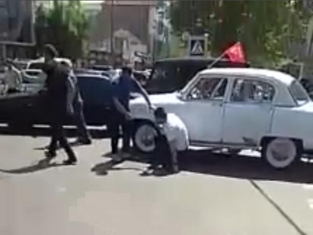 Массовая драка во время автопробега в честь Дня Победы в Махачкале