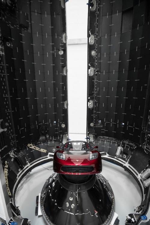 Илон Маск опубликовал снимки обтекателя Falcon, в котором находятся 60 спутников Starlink (3 фото)