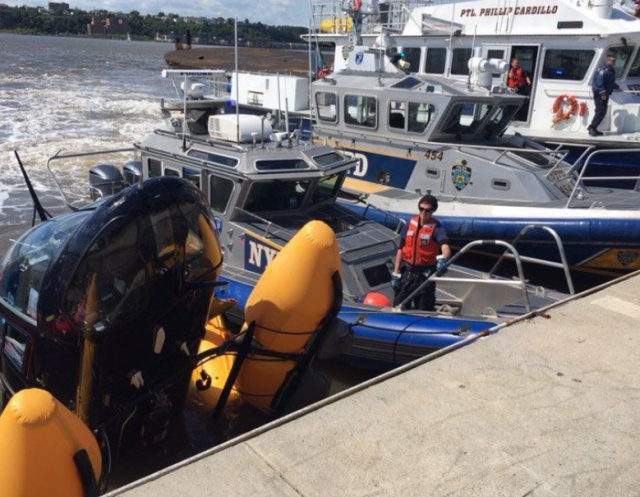 Падение вертолета в реку Гудзон в Нью-Йорке (4 фото + видео)