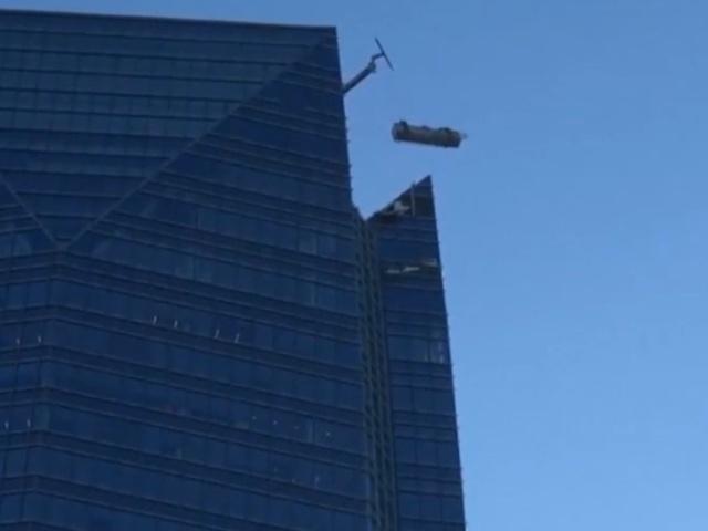 Пожарные спасли мойщиков окон, застрявших в подъемнике на огромной высоте
