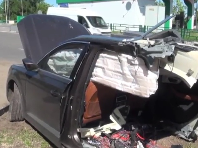 В Москве внедорожник Audi разорвало на две части, но водитель уцелел (5 фото + видео)