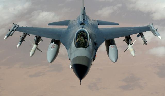 Боевой истребитель F-16 врезался в крышу склада в Калифорнии (4 фото + видео)