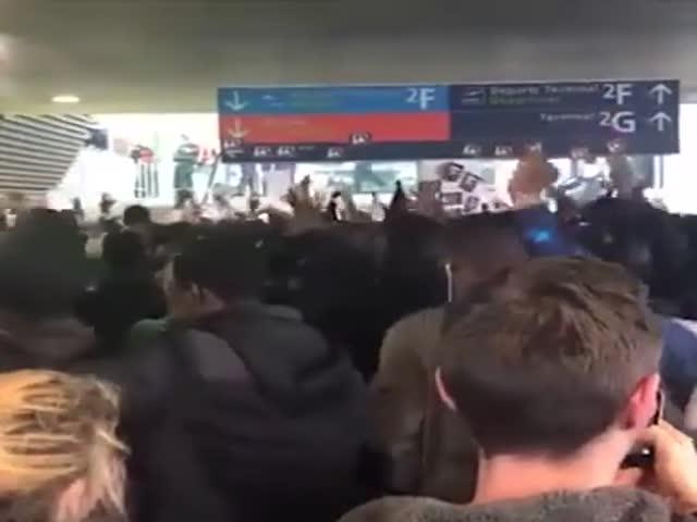 Сотни нелегальных мигрантов заблокировали работу аэропорта в Париже