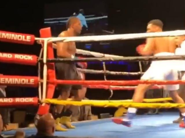 Двойной нокдаун во время боксерского поединка