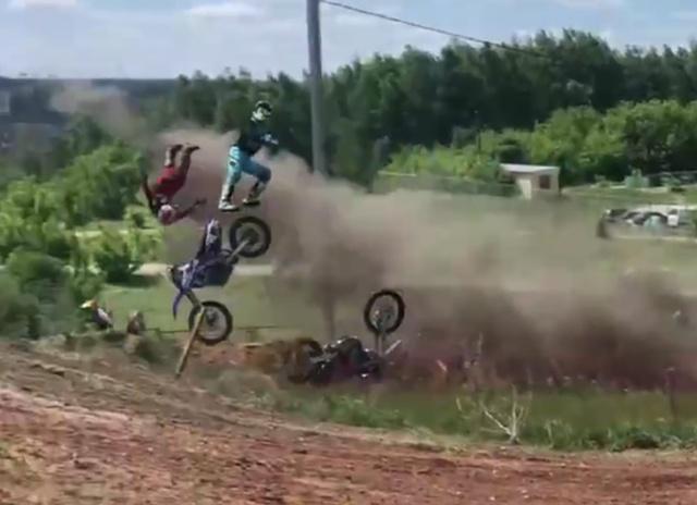 На соревнованиях в Пензе трое мотоциклистов вылетели с трассы