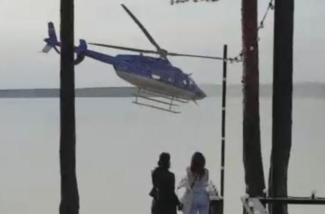 Вертолет совершил посадку прямо на пляже, несмотря на загорающих людей