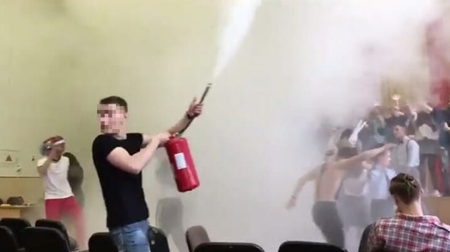 Во Владивостоке после скандальной вечеринки на последний звонок увольняется директор школы (3 фото + видео)