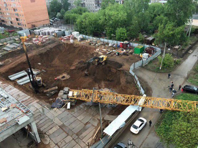 В Перми обрушился башенный кран. Очевидцы сняли падение на камеру (6 фото + видео)