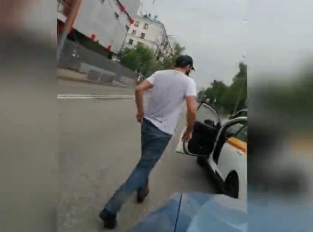 """""""Таксист-борцуха"""" напал на женщину за рулем"""