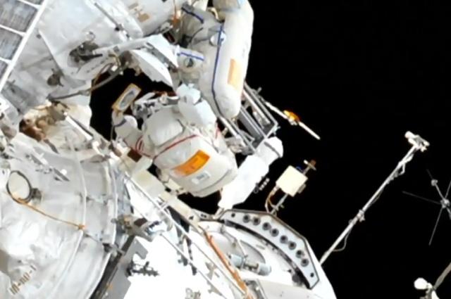 Космонавты Кононенко и Овчинин необычным образом поздравили Алексея Леонова с днем рождения