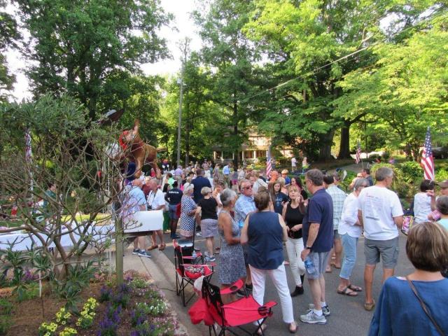 Все жители города собрались для того, чтобы отпраздновать уход почтальона на пенсию (3 фото + видео)