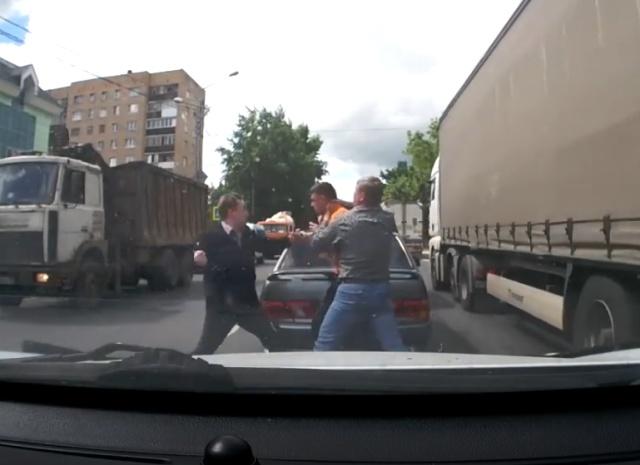 Разборки водителей, превратившиеся в избиение