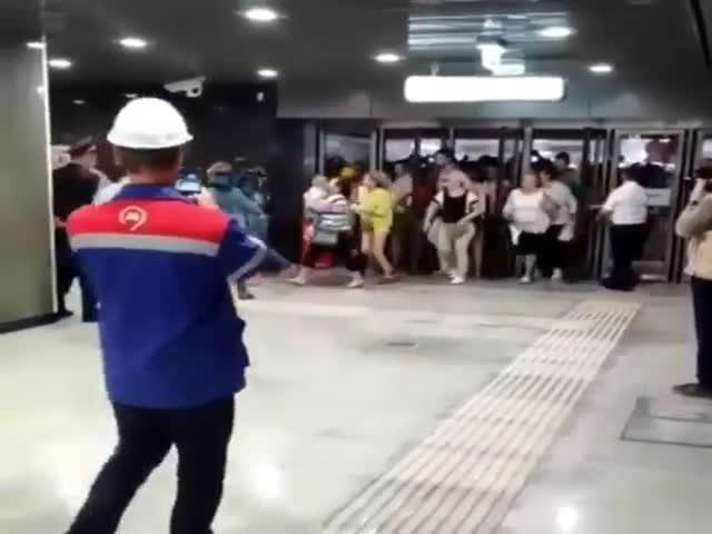 """Первые посетители новой станции метро """"Некрасовка"""""""
