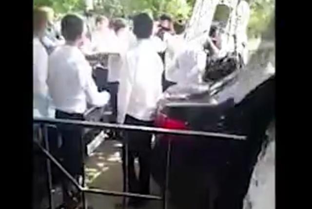 Драка школьников с полицейскими сразу после ЕГЭ в Грозном