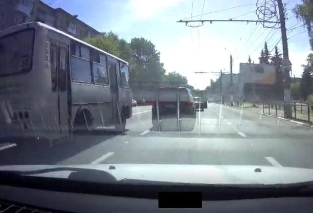 Водитель маршрутки напугал обнаглевшего водителя внедорожника