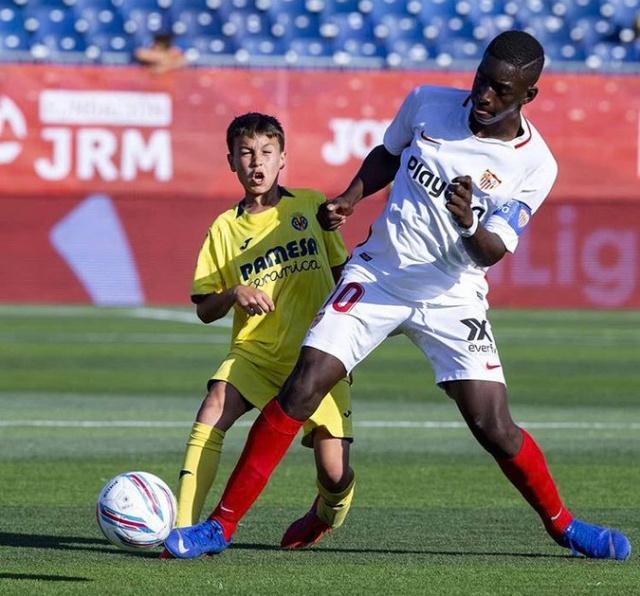 Болельщики усомнились в реальном возрасте 12-летнего футболиста из Сенегала (5 фото + 2 видео)