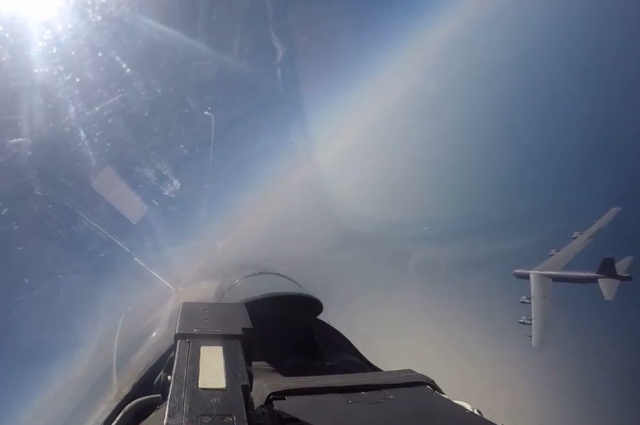 Перехват американского бомбардировщика российским истребителем Су-27