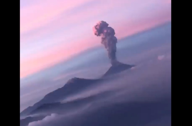 Пассажир самолета запечатлел пробуждение вулкана в Мексике