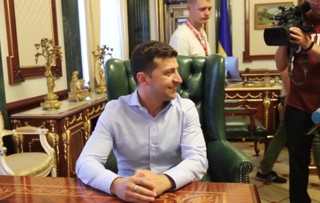 """Владимир Зеленский показал """"прикол"""" во время экскурсии по президентскому кабинету"""