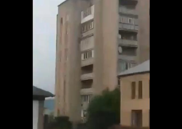 Момент обрушения части девятиэтажного жилого дома в Молдове